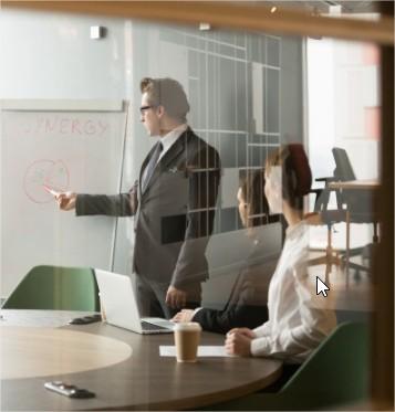 ejecutivo en una agencia de marketing digital