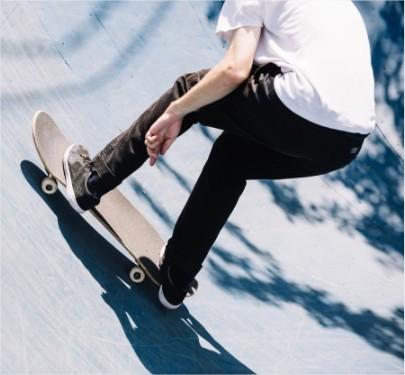 chico patinando