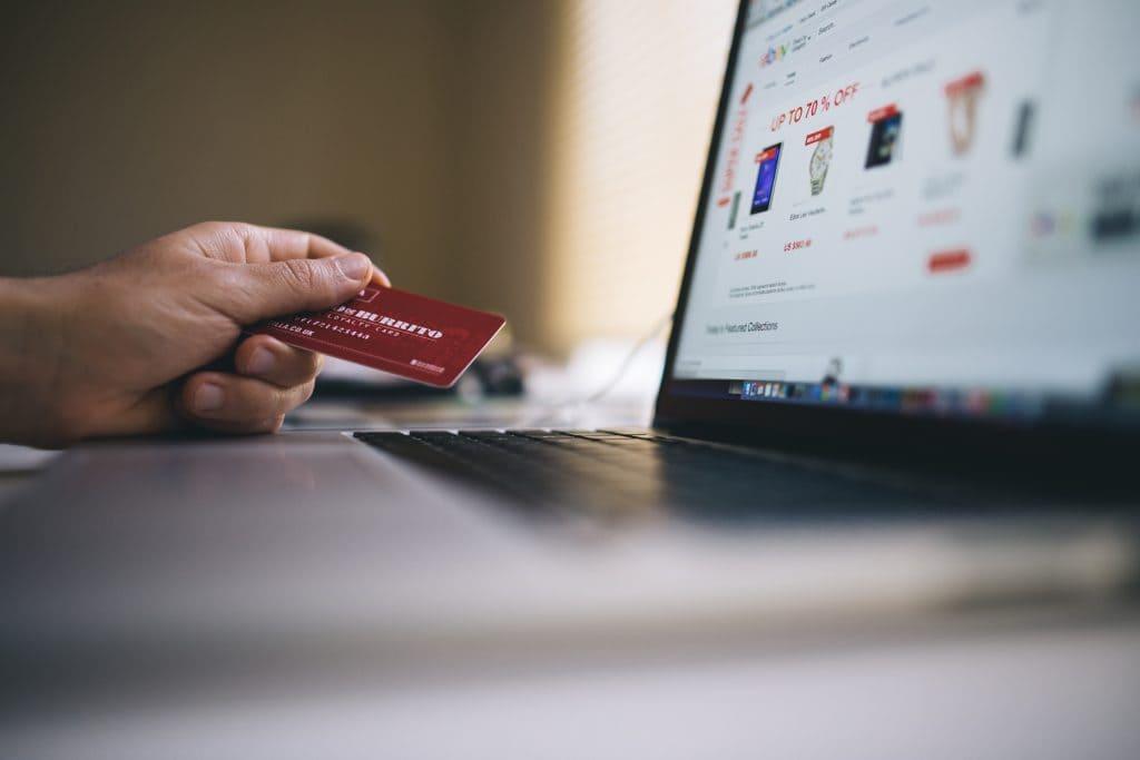 pagando con tarjeta en una agencia de marketing