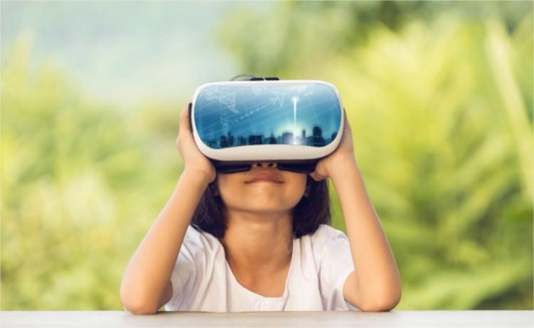 chica mirando anuncios a través de gafas VR